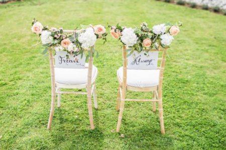 Jak ozdobić krzesła weselne?