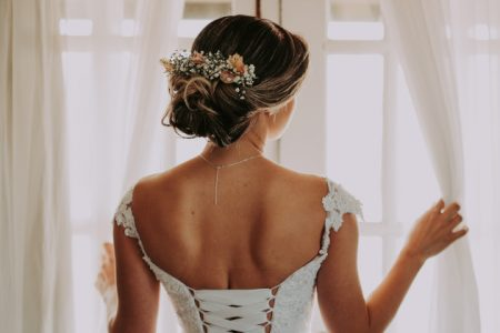 fryzura ślubna z wiankiem